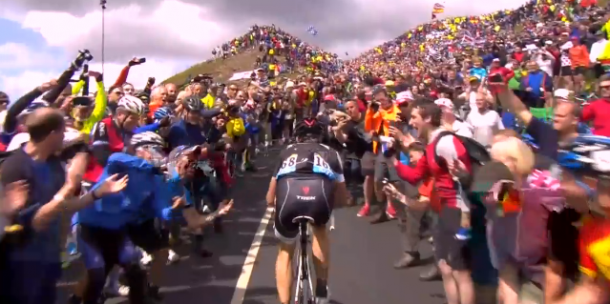 Jens Voigt entouré d'un foule considèrable sur la Côte de  Buttertubs, (Photo le Tour de France)