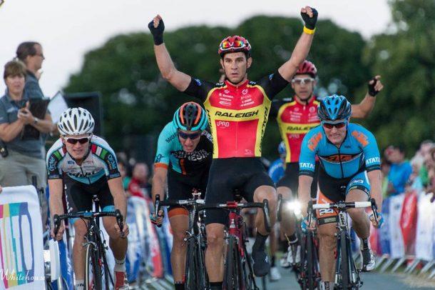 Morgan Kneisky remporte la Kermesse de Staffordshire faisant le bonheur de Alex Blain (photo Team Raleigh)
