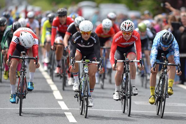 Le Français Nathan Pernot règle le sprint du peloton (photo Stephen McMahon Sportsfile )